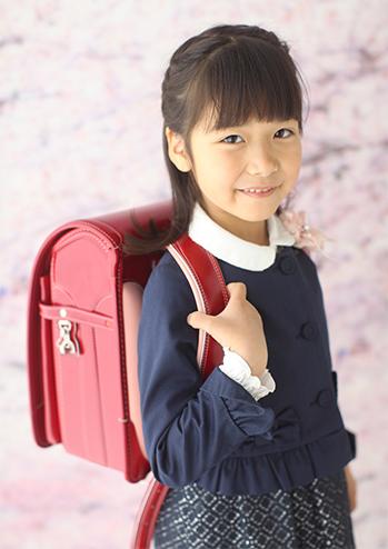 桜背景の入学式
