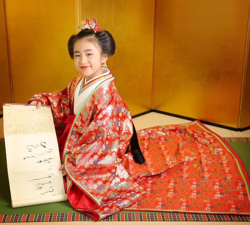 姫といえば赤、平安時代のかわいいお姫様を再現します。